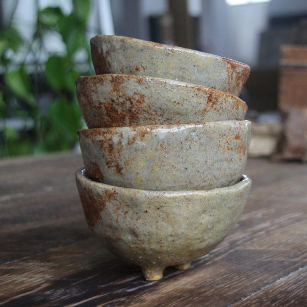 Colección de cuencos de gres hechos a mano con la técnica del pellizcado japonés