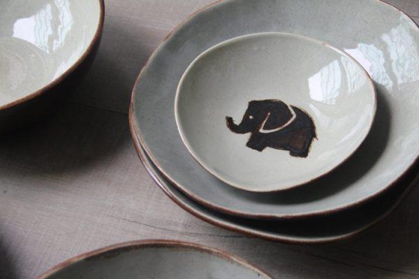 Platos artesanales de gres con motivo elefante pintado a mano
