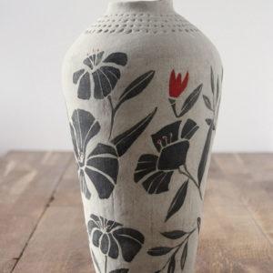 Jarrón decorativo de cerámica con flores negras y rojas