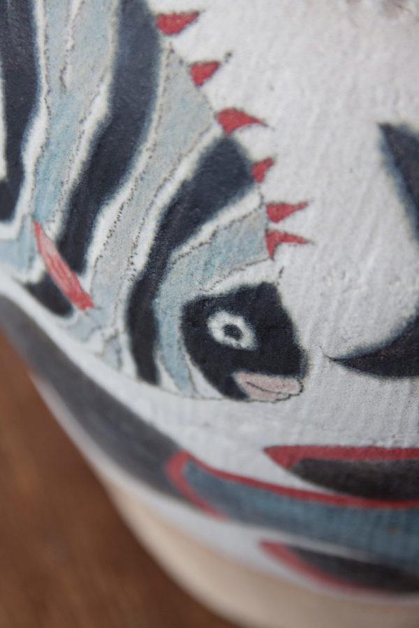 Detalle de jarrón decorativo hecho y pintado a mano