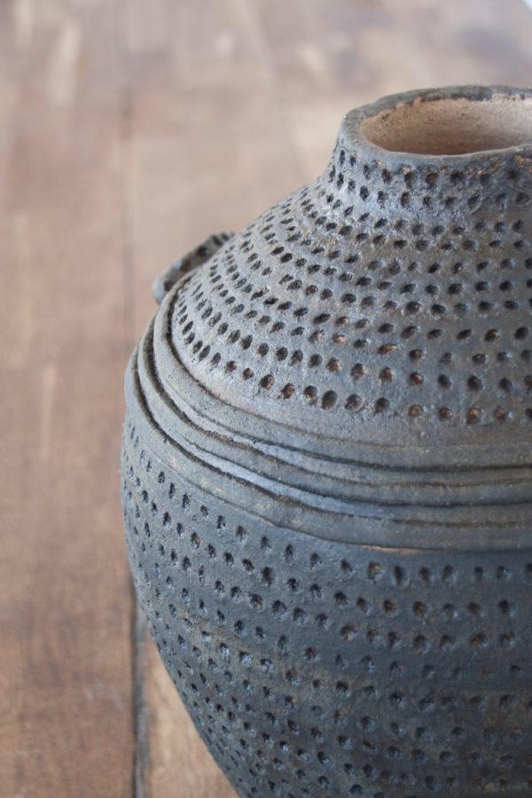 detalle de Jarrón marrón con textura