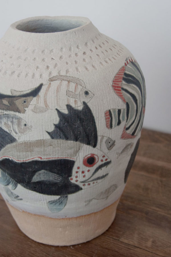 Jarrón de cerámica decorativo con ilustración de peces