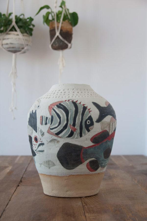 Jarrón de cerámica hecho y pintado a mano con ilustración de peces