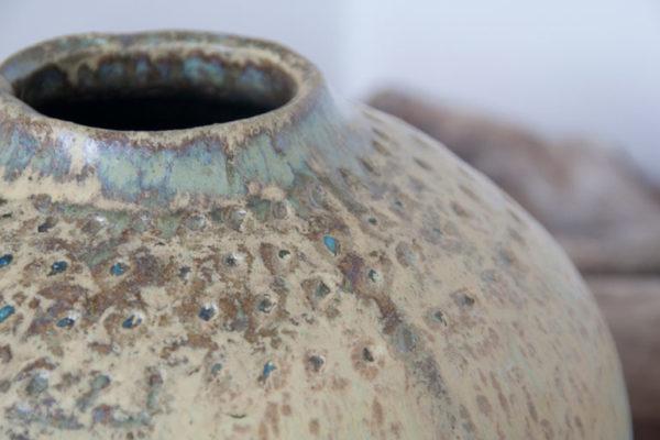 Detalle de Jarrón de cerámica artesanal color verde