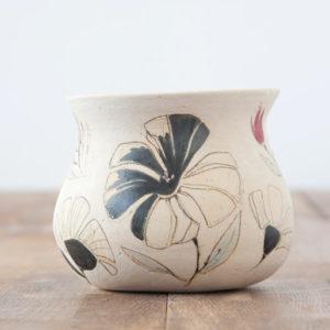 Vasija de cerámica hecha y pintada a mano