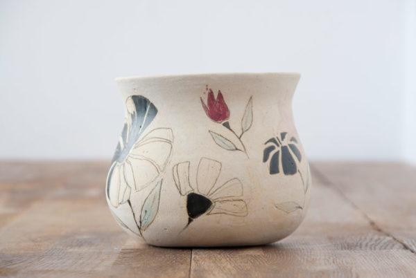 Vasija de cerámica hecha y pintada a mano -motivos florales